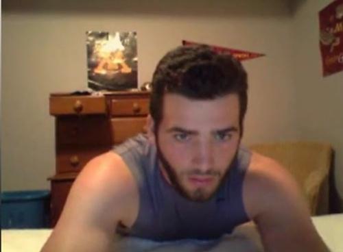 joven serbio hetero desnudo